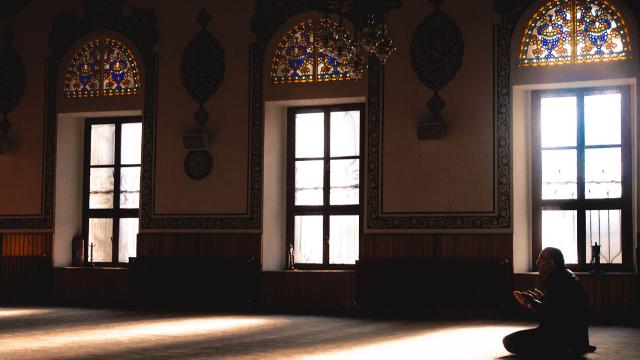 """קוים כלליים של שסעים ומאבקים במזה""""ת - מבוא להבנת האסלאם"""