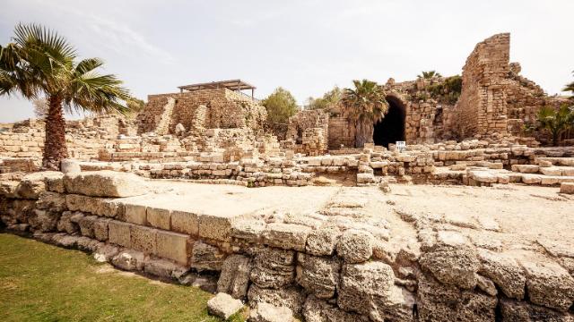 בעקבות בנאים וארכיאולוגים בקיסריה