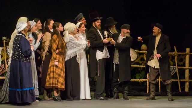 """תיאטרון """"כהלכה"""" - על הצגת העולם היהודי על בימות התיאטרון"""